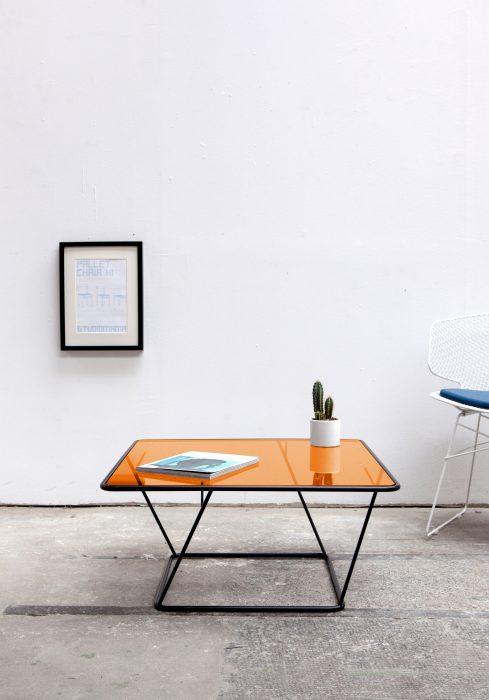 Designer Couchtisch freebird schwarz mit Glasplatte orange_Sebastian Frank